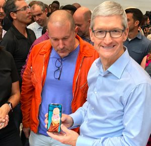 iPhone X cade dalla tasca di Tim Cook durante un'intervista ad Oxford