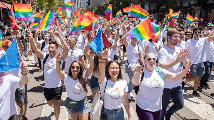 Apple celebra il Pride Day: presenti alla parata a San Francisco anche Tim Cook e Lisa Jackson