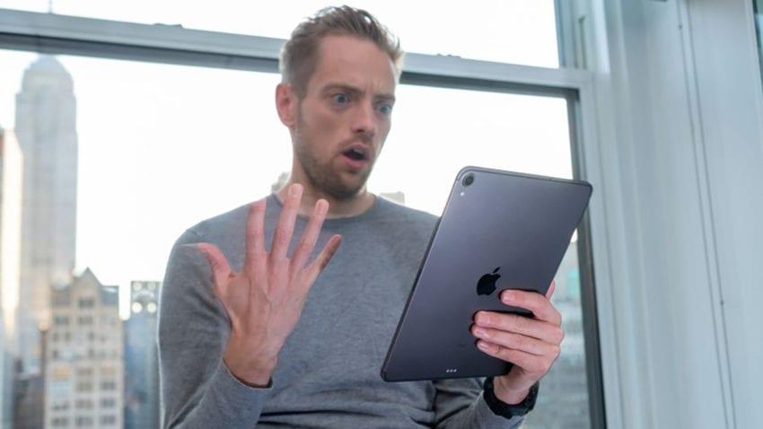Un utente con il nuovo iPad Pro - TechRadar
