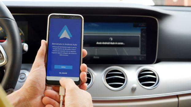 I sistemi di intrattenimento auto più avanzati spiegati in un video tutorial